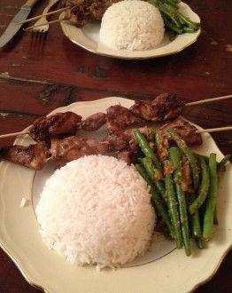 Saté met boontjes en witte rijst