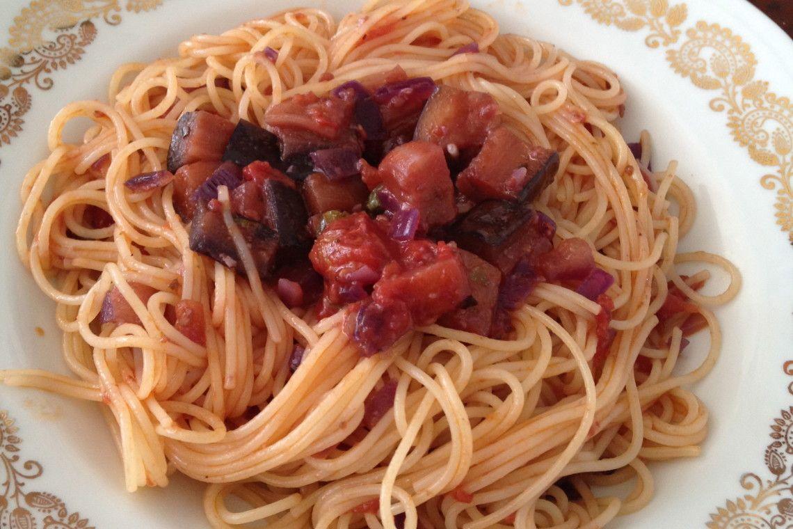 Vegetarisch pasta met auberginetomaten saus