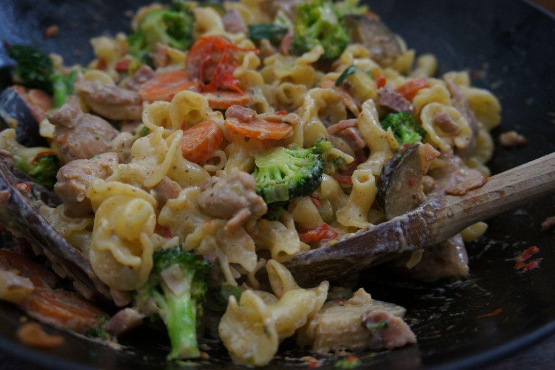 pasta met wokgroenten en kip