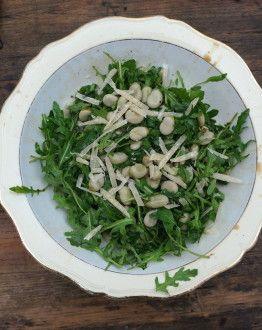 Italiaanse tuinbonensalade rucola parmezaanse kaas
