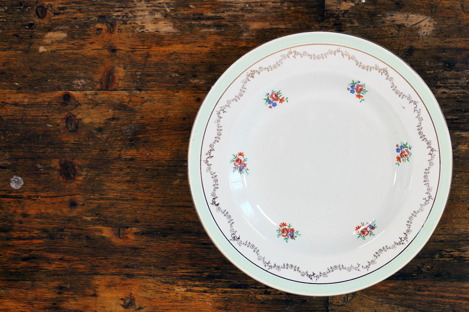 Vier soepborden met bloemetjes en groene rand
