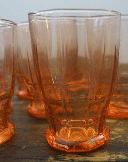 Set van zeven roze wijnglaasjes detail