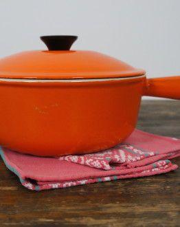 Oranje fonduepan le Creuset maat 20 zijkant