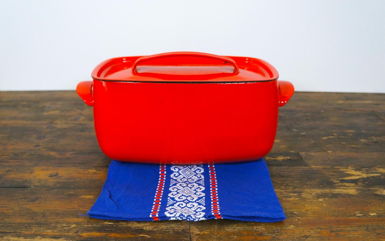 Scandinavische diepe ovenschaal met deksel rood van emaille in de winkel van march du pre - Deksel van de boom ...