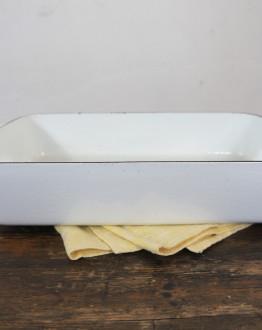 Witte ovenschaal van geëmailleerd gietijzer zijkant