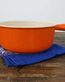 Oranje gietijzeren steel fonduepan van Le Creuset maat 22 zijkant