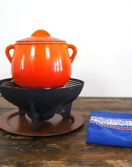 oranje Le Creuset FONDUEPAN MET DEKSEL, onderstel en houten plateau zij